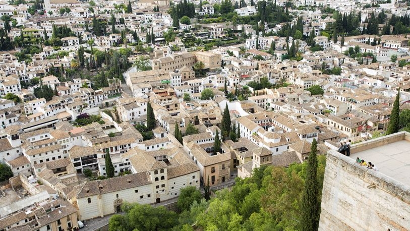Panorámica de la ciudad andaluza y del mirador desde la Alcazaba.
