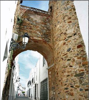 El casco antiguo de Olivenza a�na dulzura lusa con gracia extreme�a y aire flamenco.