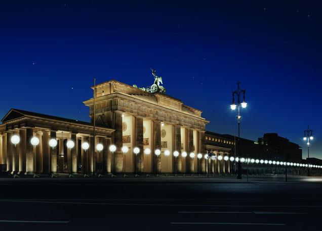 Visi�n nocturna de la emblem�tica Puerta de Brandemburgo de la capital alemana.