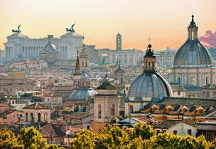 Vistas de la Ciudad Eterna, con sus inconfundibles c�pulas y el Altar de la Patria o 'Il Vittoriano' al fondo.