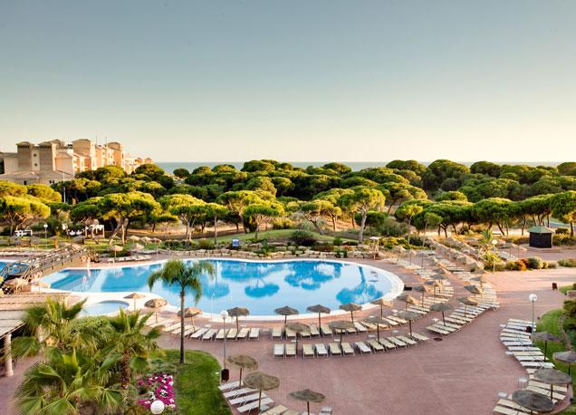El resort est� situado en un paraje natural y junto a una playa virgen.