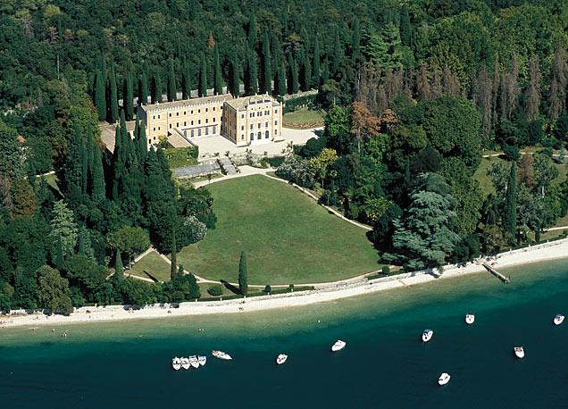 Uno de los muchos palacetes que jalonan la orilla de este famoso e inmenso lago del norte de Italia.