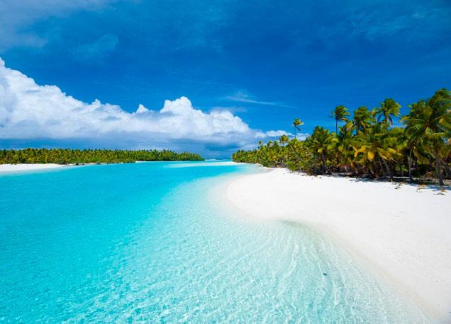 La arena blanca, el agua transparente, las palmeras, y tras las palmeras, el infinito.