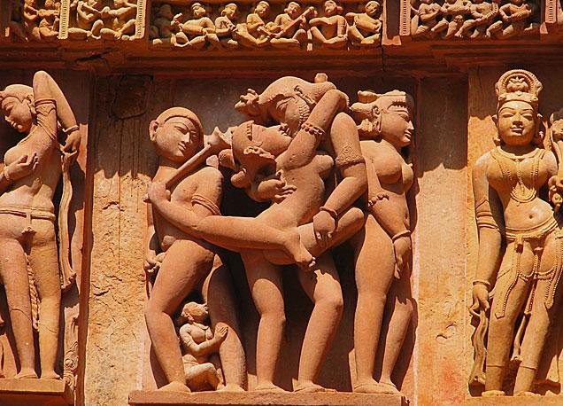 Detalle de uno de los frisos con figuras de curvas pronunciadas en el complejo hinduista de Khajuraho. | Fotos: Shutterstock