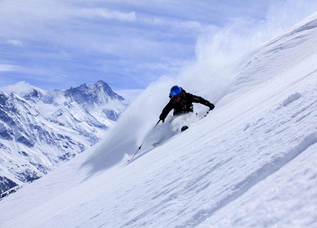 Estaci�n de Saas-Fee, contorneada por las cimas de los Alpes suizos.