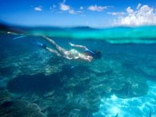 Una mujer hace �snorkel� en las aguas transparentes del pa�s africano.   Fotos: Roberto Iv�n Cano y Kris Ubach.