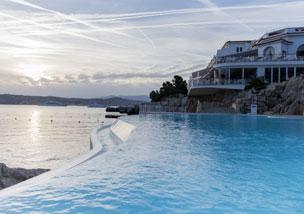 La piscina de agua de mar cavada en la roca del m�tico alojamiento en la riviera francesa.