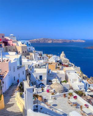 Terrazas con vista al Mar Egeo para disfrutar de los atardeceres de la isla. Foto: Shutterstock.