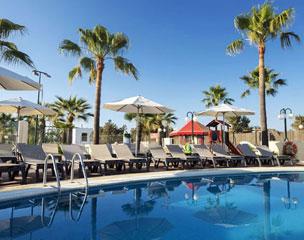 Uno de las piscinas de hotel, ubicado a 300 metros de la playa de Port des Torrent, en Sant Josep.