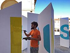 Boa Mistura da los �ltimos retoques a la instalaci�n 'Laber�nticos L�ricos' en C�ceres, donde arranca el proyecto itinerante este 23 de septiembre.