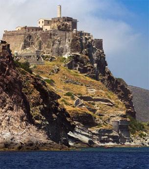 La isla de Capraia, a dos horas y media del puerto de Livorno. Foto: Shutterstock.