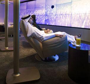 A la izquierda, la sala de relajaci�n del Lounge & Spa de Etihad Airways, junto el bar y la recepci�n.