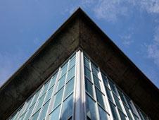Fachada acristalada del nuevo Museo del Diseño de Londres, en pleno barrio de Kensington.