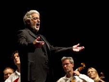 A la izquierda, el tenor madrileño en una de sus actuaciones. A la derecha, la Ópera de Viena y la mítica tarta Sacher.