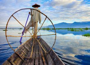 Uno de los míticos pescadores que faenan en las aguas del Lago Inle, al este de Birmania. Fotografía: Shutterstock