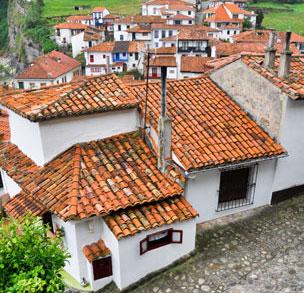 Las características casas con vistas al mar del pueblo de Tazones, uno en los que se ha rodado el anuncio de la Lotería. Fotografía: Shutterstock