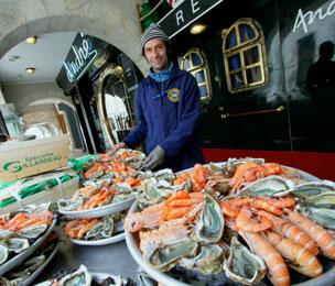Un ostricultor muestra los mejores moluscos en un restaurante de la ciudad portuaria de La Rochelle.