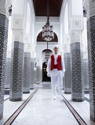 El patio blanco y negro del hotel marroquí.