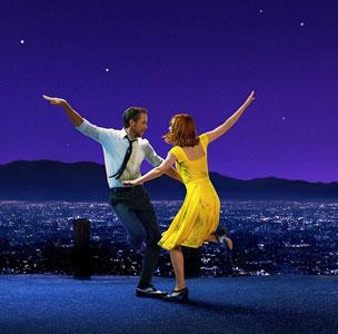 Los actores Ryan Gosling y Emma Stone interpreteando a Sebastian y Mia, con la panorámica de la ciudad de Los Angeles de fondo.