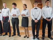Los estudiantes en distintas aulas y momentos del curso en Les Roches International School.